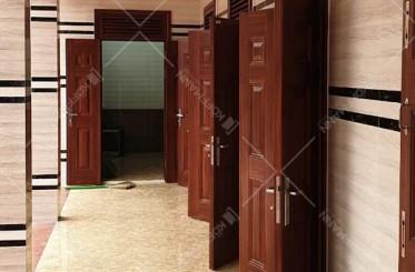 Cửa hành lang có nên lắp đặt cửa thép vân gỗ không?