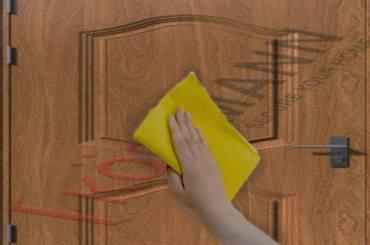 Vệ sinh cửa thép vân gỗ và những điều bạn cần biết