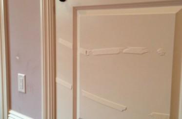 Cách tẩy vết băng dính trên cửa thép vân gỗ