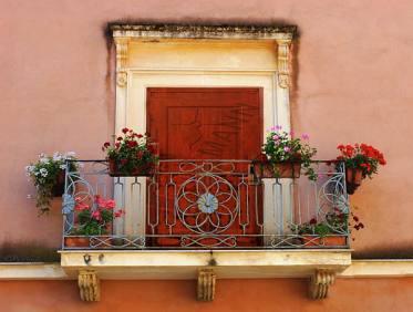 Mẫu cửa ban công đẹp bằng cửa thép vân gỗ độc đáo
