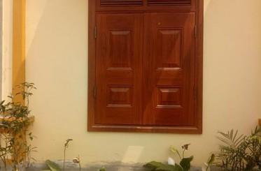 Cửa sổ 2 cánh bằng thép vân gỗ độc đáo, sang trọng