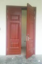 Hình ảnh thực tế cửa thép vân gỗ 2 cánh đều tại Ecopark – Hưng Yên