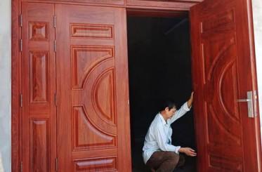 Nhà hướng Tây tại sao nên dùng cửa thép vân gỗ